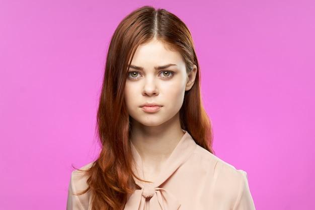 Aantrekkelijke vrouw mooi haar cosmetica mode studio roze.