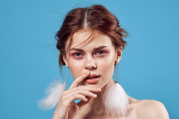 Aantrekkelijke vrouw naakte schouders lichte make-up mode poseren