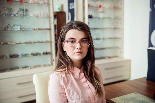 Aantrekkelijke vrouw op afspraak in oogarts kantoor