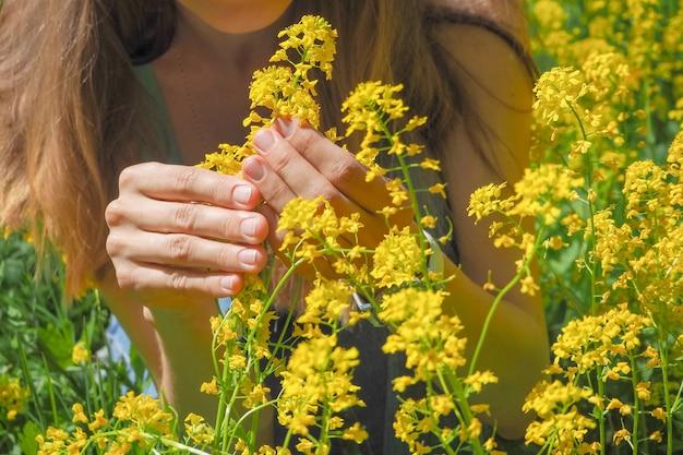 Aantrekkelijke vrouw op gele bloementuin.