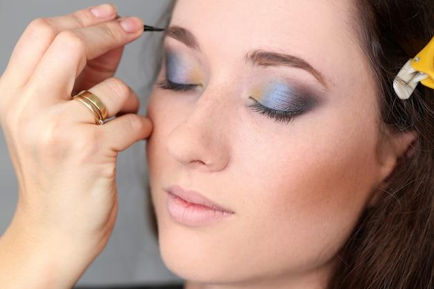 Aantrekkelijke vrouw tijdens make-up
