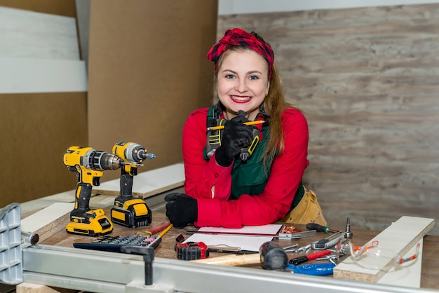 Aantrekkelijke vrouw timmerman schets voor meubels maken
