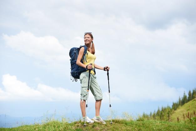 Aantrekkelijke vrouw toeristische bergpad wandelen