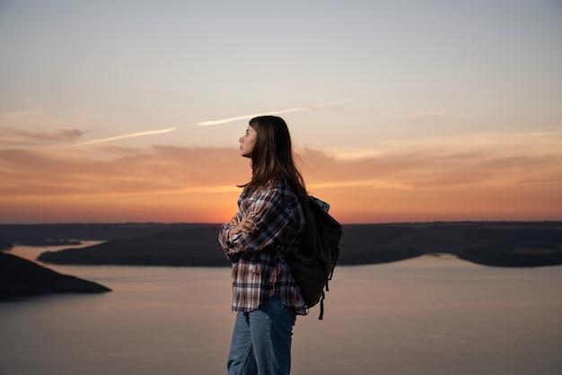 Aantrekkelijke vrouw wandelen in bakota baai tijdens zomer zonsondergang