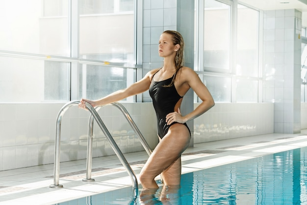 Aantrekkelijke vrouw zwemmer