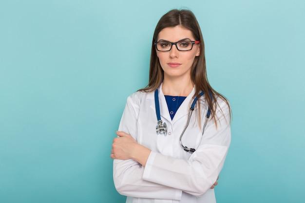 Aantrekkelijke vrouwelijke arts in witte jas en glazen