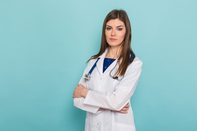 Aantrekkelijke vrouwelijke arts in witte jas