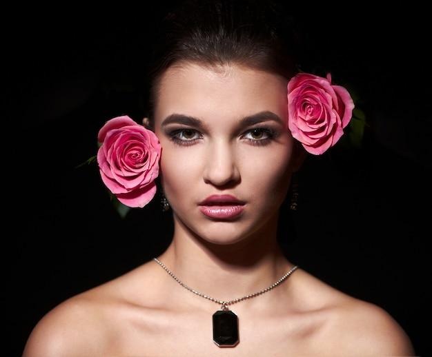 Aantrekkelijke vrouwelijke brunette vrouw met roos
