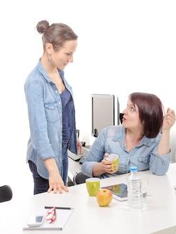 Aantrekkelijke vrouwelijke collega's maken een pauze