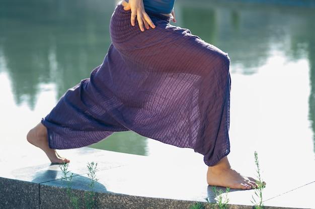 Aantrekkelijke vrouwelijke het beoefenen van yoga asana buitenshuis