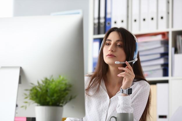 Aantrekkelijke vrouwelijke klantenondersteuning
