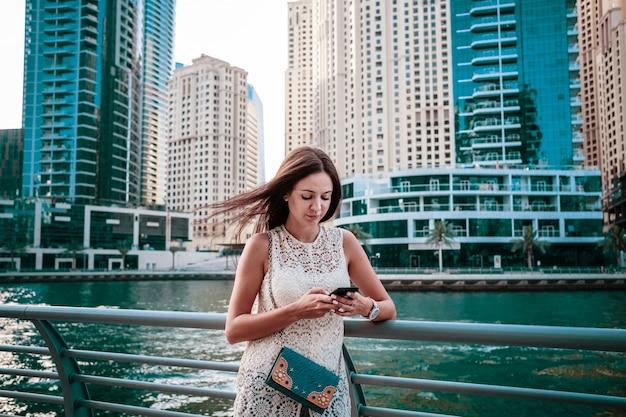 Aantrekkelijke vrouwelijke reiziger die foto's van reis deelt