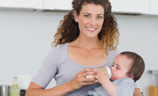 Aantrekkelijke vrouwen voedende melk aan baby