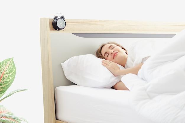 Aantrekkelijke vrouwenslaap op bed in slaapkamer