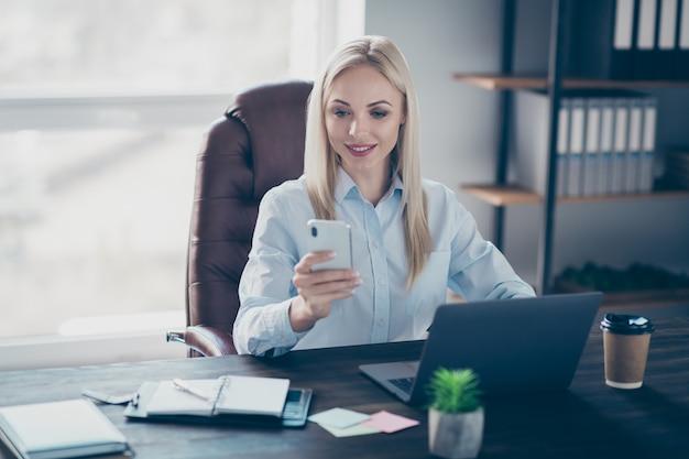Aantrekkelijke zakelijke dame chatten collega's telefoon