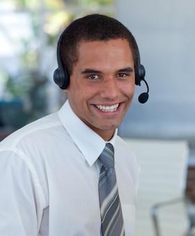 Aantrekkelijke zakenman die in een call centre werkt