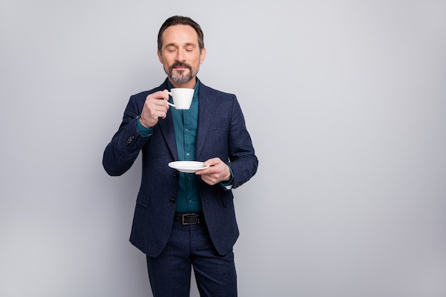 Aantrekkelijke zakenman die koffie drinkt ruikt lekker aroma