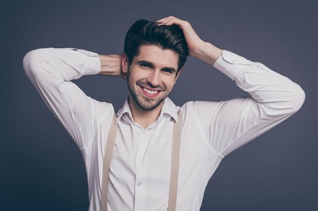 Aantrekkelijke zakenman macho chief touch kapsel toothy glimlachend gekleed formalwear wit overhemd beige bretels.