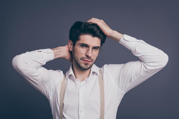 Aantrekkelijke zakenman macho verantwoordelijke chief touch kapsel gekleed formalwear wit overhemd beige bretels specs.
