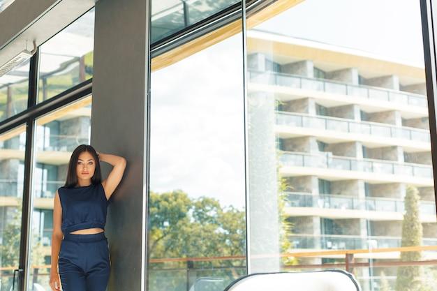 Aantrekkelijke zelfverzekerde jonge zakenvrouw