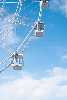Aantrekkelijkheid reuzenrad in het park van de bewolkte hemel. verticale foto