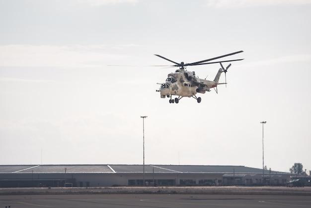 Aanvalshelikopter die de luchtmachtbasis verlaat