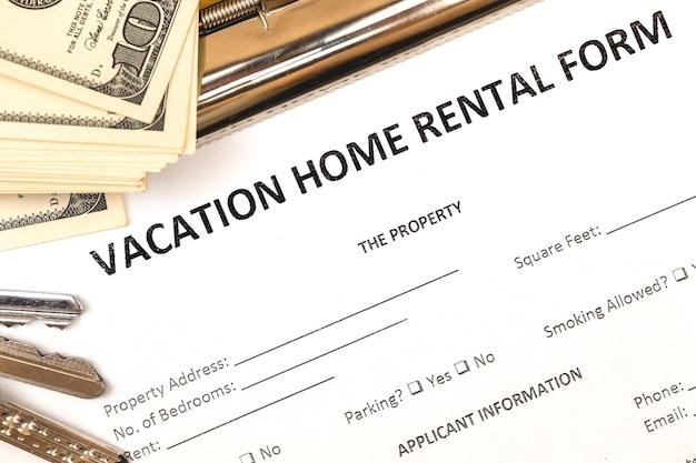 Aanvraagformulier voor hypotheek en huurwoningen onroerend goed. vakantieconcept. huissleutels, geld, bovenaanzicht foto