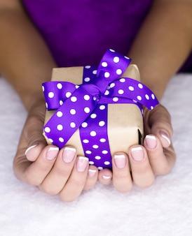 Aanwezig in een vrouwenhand met franse manicure