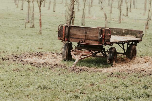 Aanzicht van een boerenkar die in het veld aan een tractor moet worden vastgehaakt