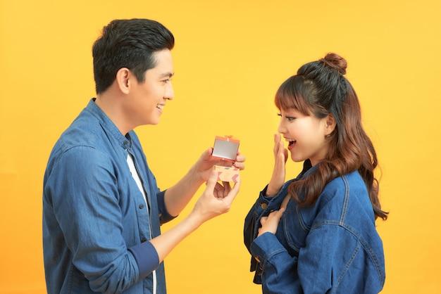 Aanzoek met een man die vraagt om met zijn gelukkige vriendin te trouwen