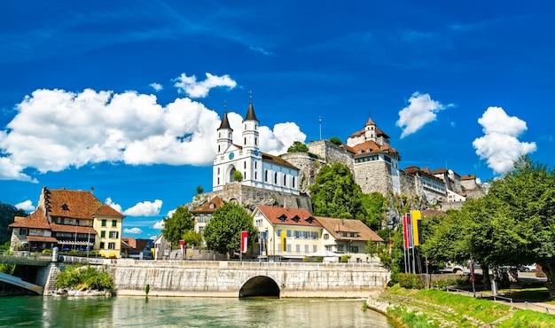 Aarburg castle en kerk aan de rivier de aare in zwitserland