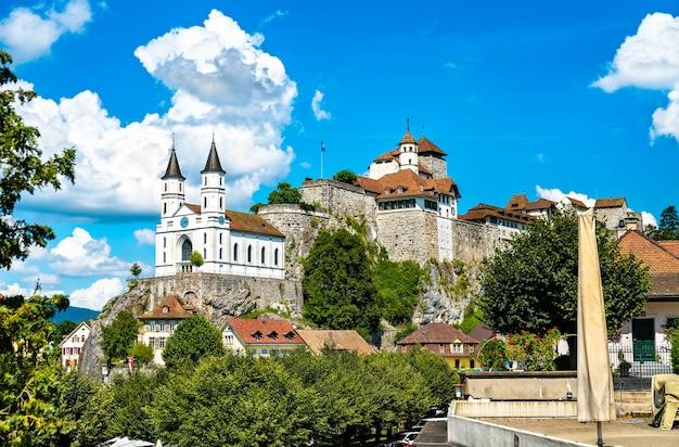 Aarburg castle en kerk in het kanton aargau, zwitserland