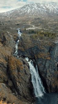 Aard en landschap van noorwegen, het panorama van de canionwaterval voringfossen