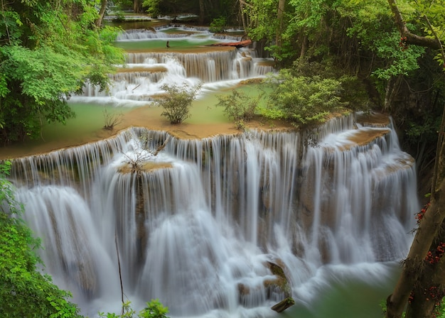 Aard en waterval huaimaekamin in thailand