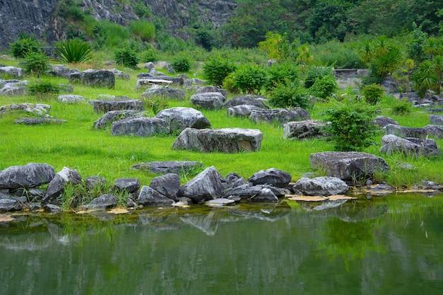Aard met rivieroever en natuurlijk rotsenlandschap