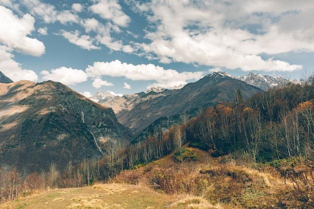 Aard toneel van de bergen van de kaukasus trekking paden in georgië.
