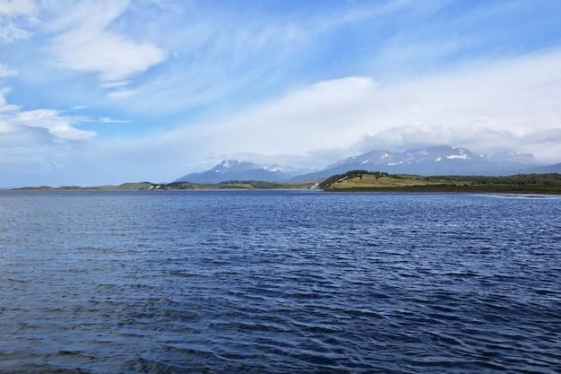 Aard van het beaglekanaal dichtbij de stad ushuaia in argentinië