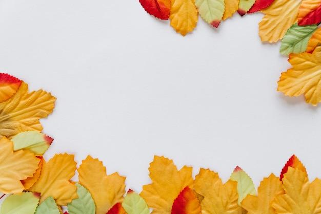 Aardachtergrond met bladeren
