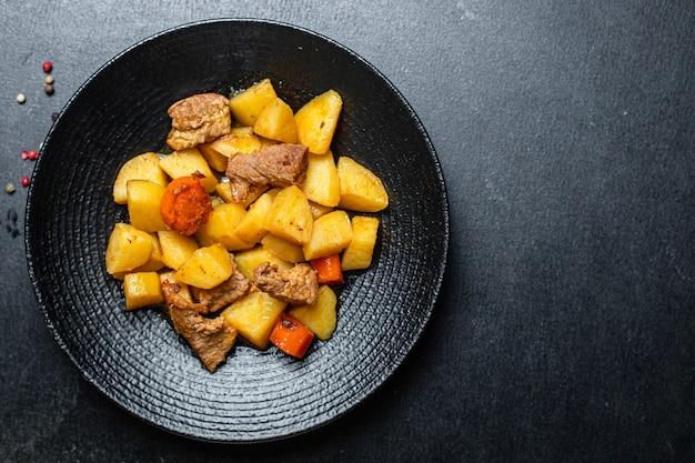 Aardappel gestoofde goulash en vlees gebraden tweede gang groenten portie