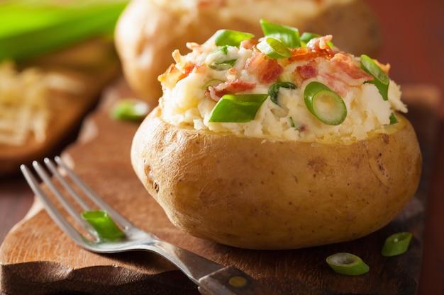 Aardappel in de schil in jasje met spek en kaas