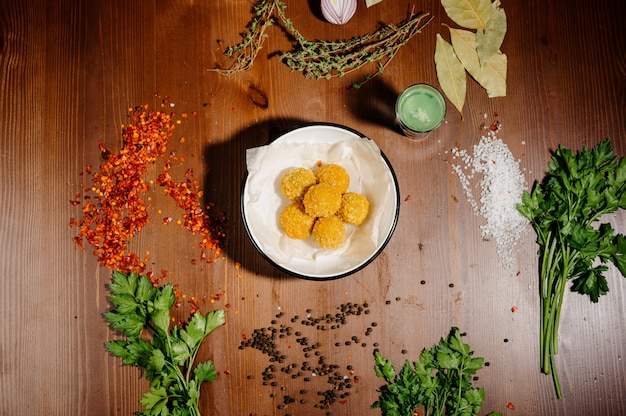 Aardappel kroket ballen met saus op een bord. bovenaanzicht
