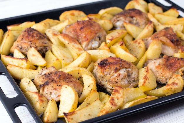 Aardappel met kip op de grill als heerlijk gerecht voor het avondeten