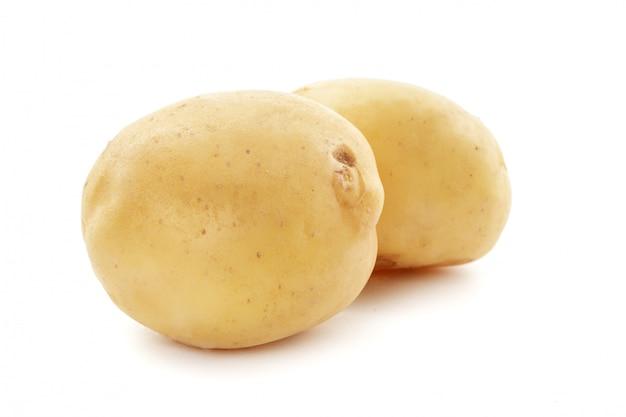 Aardappel op witte achtergrond wordt geïsoleerd die