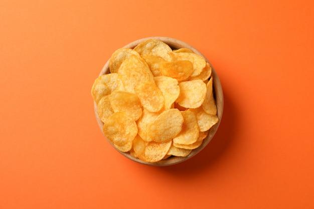 Aardappel tortillachips. biersnacks op sinaasappel, ruimte voor tekst. bovenaanzicht