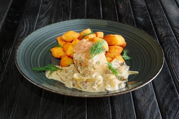 Aardappelballen met kipfilet en champignon- en uiensaus