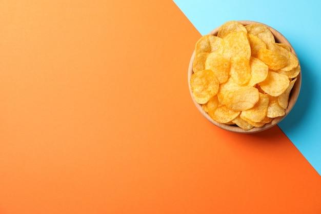 Aardappelchips. biersnacks op tweekleurig, ruimte voor tekst. bovenaanzicht