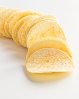 Aardappelchips geã¯soleerd op een witte achtergrond