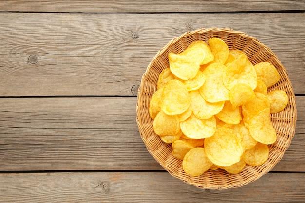 Aardappelchips in een rieten mand