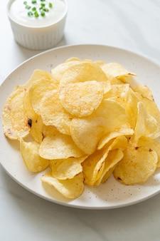Aardappelchips met zure room dipsaus