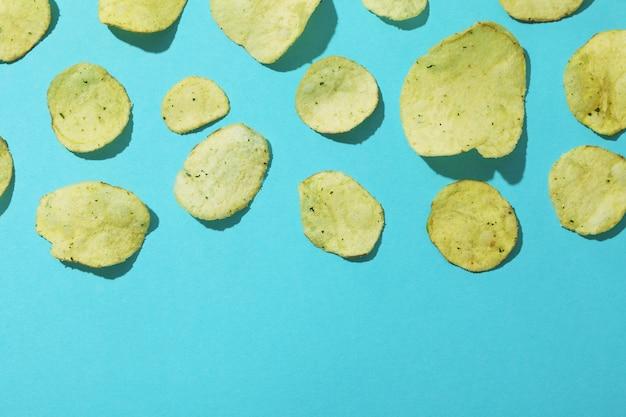 Aardappelchips op blauwe ondergrond